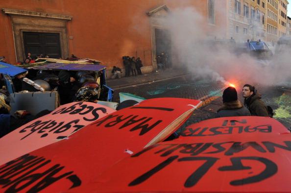 Берлускони остался у власти в Италии, но теряет доверие  своих избирателей. Фоторепортаж. Фото: ANDREAS SOLARO, FILIPPO MONTEFORTE , ALBERTO PIZZOLI /AFP/Getty Images