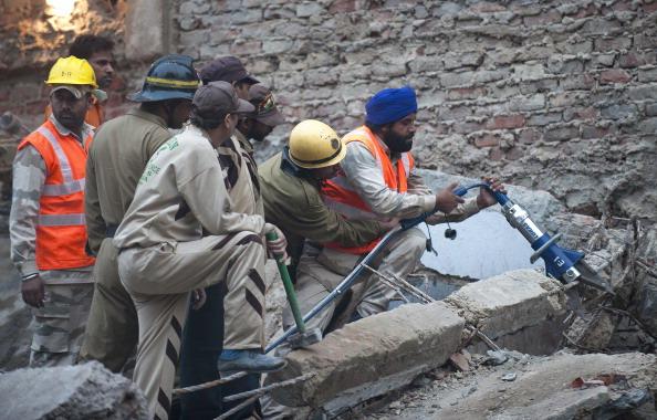 Обрушение пятиэтажного дома в Дели: из-под завалов извлекают тела погибших. Фото: MANPREET ROMANA/AFP/Getty Images