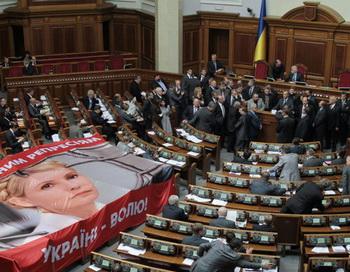 Депутаты от БЮТ блокируют трибуну Верховной Рады Украины. Фото РИА Новости