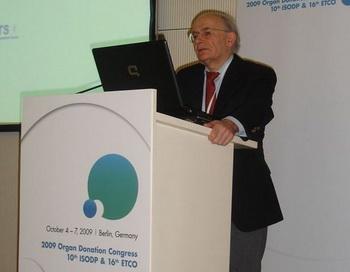 Дэвид Мэйтас выступает на конгрессе трансплантации органов в Берлине в октябре 2009 о торговле органами в Китае. Фото с сайта epochtimes.de