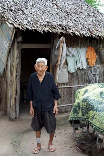 Кроем Кен, 85-летняя  женщина, живущая в деревне Аньдоун Киен, расположенной в провинции Такео, поведала о каждодневной жизни и кхмерской культуре краомов. Несмотря на ее возраст, она продолжает продавать лапшу за прилавком, чтобы заработать на жизнь. Фото с сайта theepochtimes.com