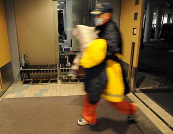 На АЭС «Фукусима-1» проводится эвакуация сотрудников. Фото:ROSLAN RAHMAN/AFP/Getty Images)