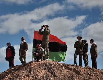 Бойцы оппозиции наблюдают с холма за боем за ходом боев за город Бин Джавад. Фото РИА Новости