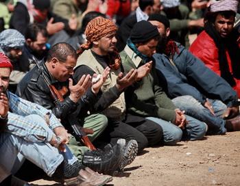 Бойцы оппозиции на пятничной молитве у города Рас Лануф. Фото РИА Новости
