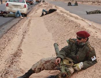 Бойцы оппозиции отдыхают в перерыве между боями за город Рас-Лануф. Фото РИА Новости