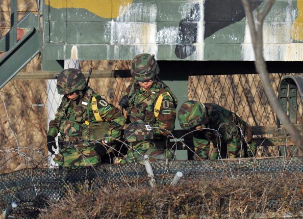 Обстрел КНДР приграничной территории Южной Кореи вызвал усиление военных частей РК. Фото: JUNG YEON-JE, PARK JI-HWAN, KAZUHIRO NOGI /AFP/Getty Images