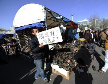 Казахстан наводнила китайская обувь низкого качества, вредная для здоровья. Фото: PETER PARKS/AFP/Getty Images