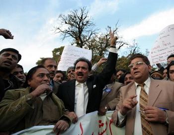 Министр внутренних дел Пакистана Реман Малин (в центре) и пакистанские журналисты выражают протест против атаки террориста-смертника на пресс-клуб в Пешаваре 23 декабря. Фото: Behrouz Mehri/AFP/Getty Images