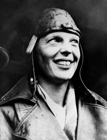 Американская лётчица Эмилия Эрхарт - первая женщина, которая в одиночку пересекла Атлантический океан.  22 мая 1932 г., после прилёта в Лондон, Англия. Фото с сайта theepochtimes.com