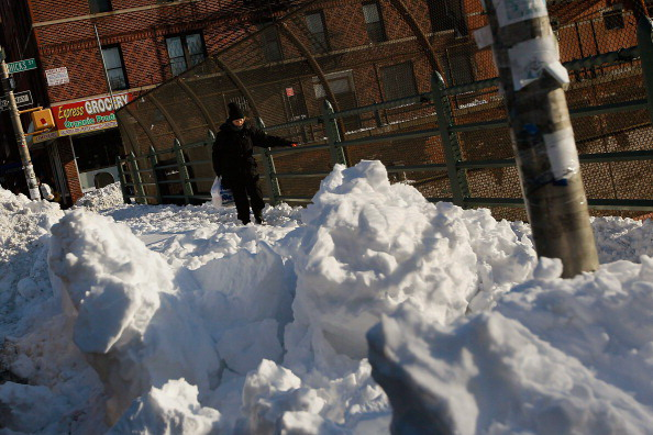 Нью-Йорк после обильного снегопада ожидает обильное  таяние снега. Фоторепортаж.  Фото: DON EMMERT, STAN HONDA, ANDREW  BURTON, CHRIS  HONDROS/AFP/Getty Images