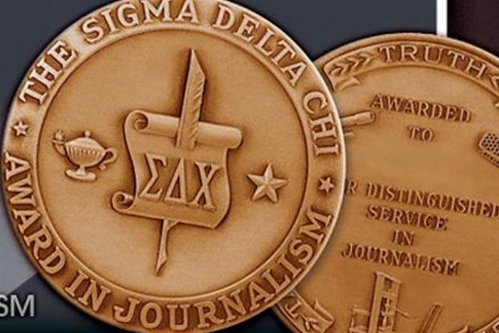 Награда Общества профессиональных журналистов Sigma Delta Chi за заслуги в области журналистики, которой удостоился репортёр Epoch Times Мэтью Робертсон. Фото с сайта theepochtimes.com