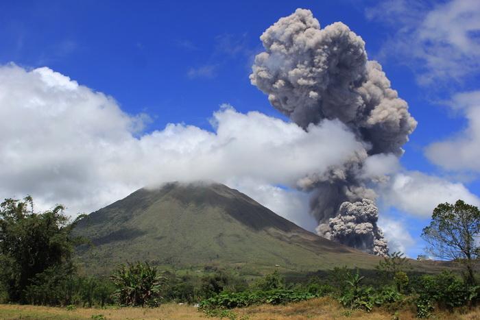 Вулкан Локон. Фото: STR/AFP/Getty Images