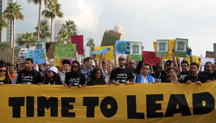 Демонстранты в Дохе: нужно прилагать больше усилий по противодействию изменению климата. Фото: KARIM JAAFAR/AFP/GettyImages