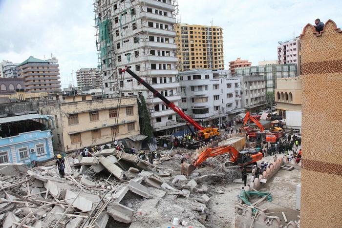 В Танзании рухнул 16-этажный недостроенный дом. Фото: JOHN LUKUWI/AFP/Getty Images