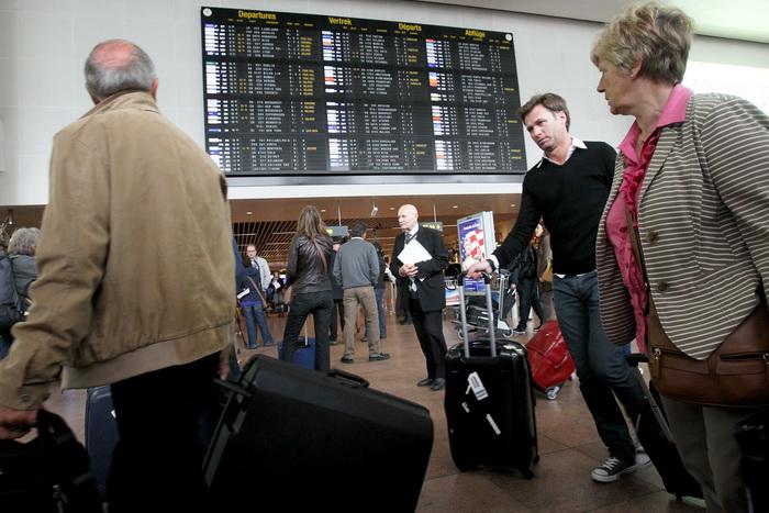 В аэропорту Брюсселя скопилось до 10 тысяч чемоданов. Фото: VIRGINIE LEFOUR/AFP/Getty Images