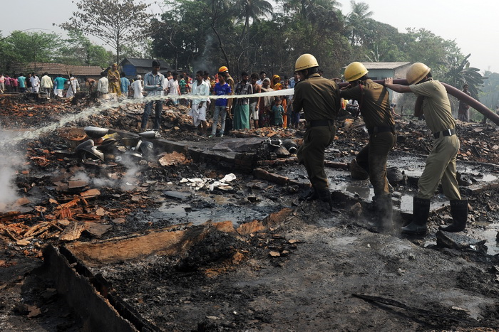 Крупный пожар в Индии уничтожил целый район трущоб. Фото: DIBYANGSHU SARKAR/AFP/Getty Images