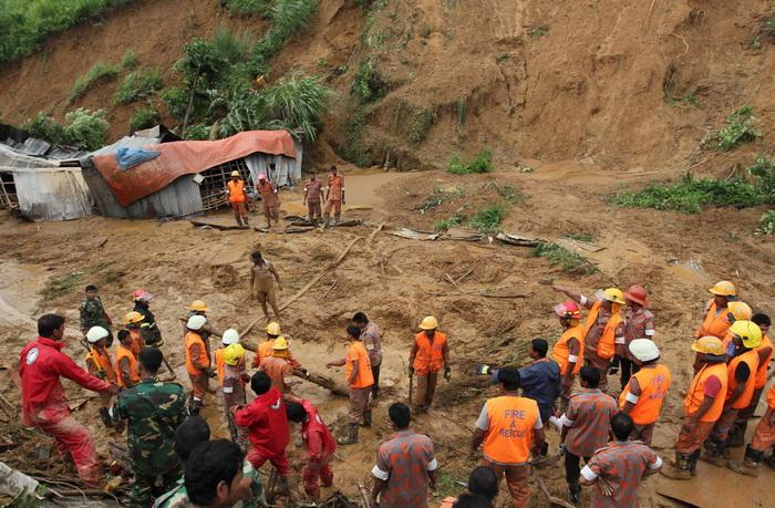 Наводнения и оползни на юге Бангладеш привели к гибели более 90 человек. Фото: STR/AFP/GettyImages