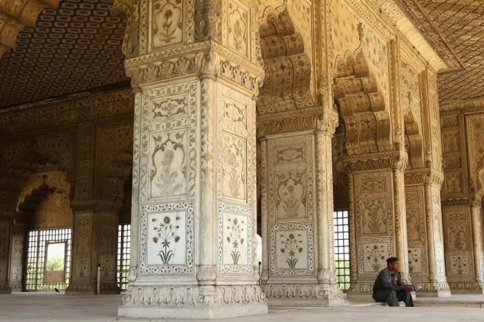 Использование мраморных и цветочных художественных оформлений в форте демонстрирует очень высокий уровень искусства и декоративной работы в отличие от более позднего периода архитектуры Mughal (Великих Моголов). Фото: Cameron Spencer/Getty Images