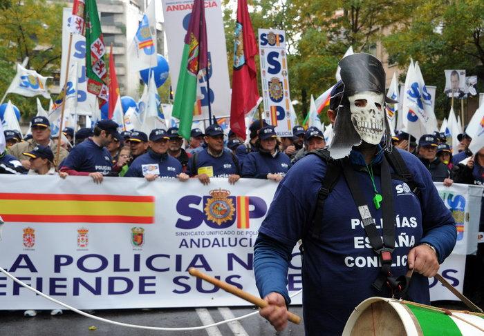 Тысячи полицейских протестуют в Мадриде против снижения зарплаты. Фото: DOMINIQUE FAGET/AFP/GettyImages