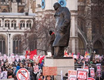 Протест студентов против закона, повышающего оплату за обучение в британских университетах . Фото: LEON NEAL/AFP/Getty Images