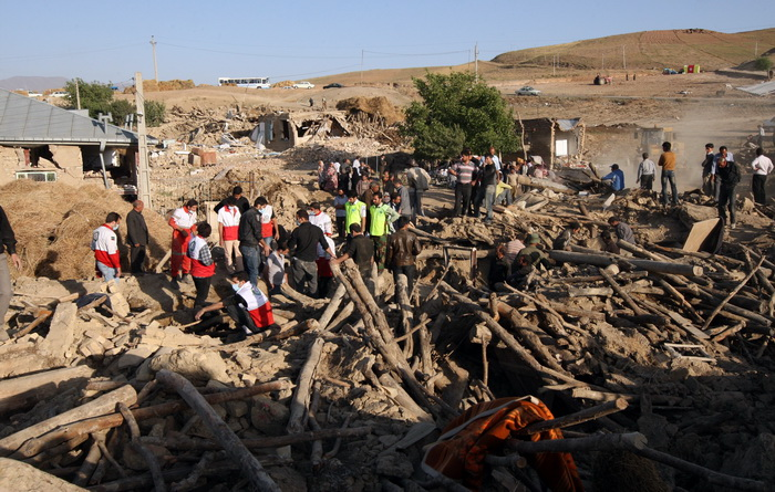 После землетрясения в иранской деревне Баджи-Бадж поблизости от  Варзегхана 12 августа 2012 г. Фото: ATTA KENARE/AFP/GettyImages