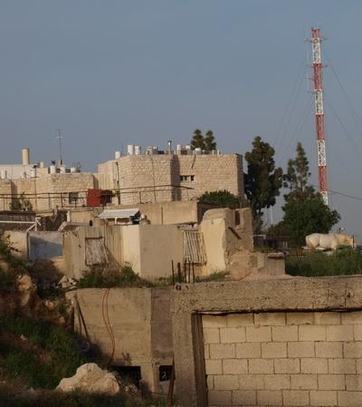 В Иерусалимском районе Гило сносят защитную стену. По другую сторону стены. Фото: Хава Тор/Великая Эпоха