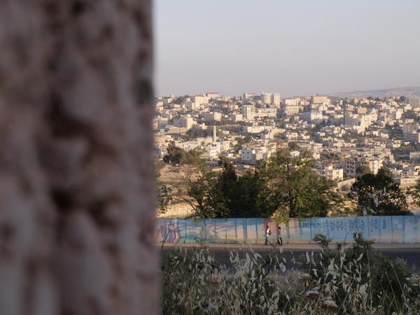 В Иерусалимском районе Гило сносят защитную стену. Вид на стену и Бейт-Джала с укрепленных позиций возле средней школы. Фото: Хава Тор/Великая Эпоха