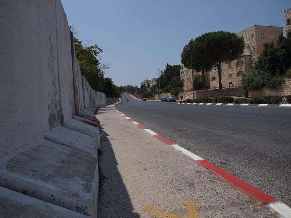В Иерусалимском районе Гило сносят защитную стену. Стена со стороны Гило. Фото: Хава Тор/Великая Эпоха