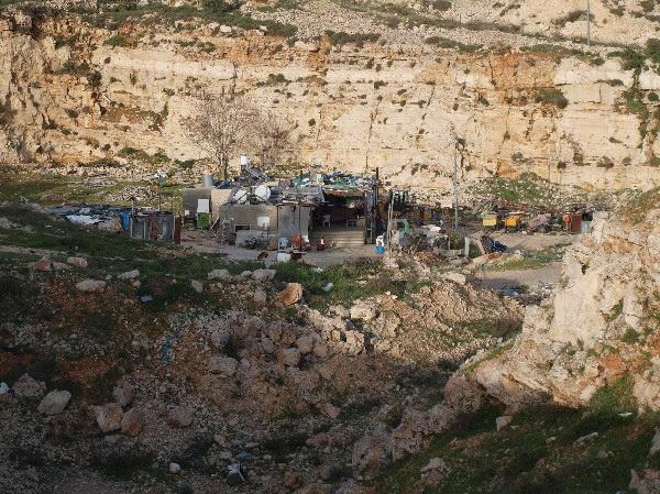 В Иерусалимском районе Гило сносят защитную стену. Бедуинский шатер жителей Гило. Фото: Хава Тор/Великая Эпоха