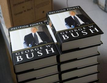 Мемуары Буша. Фото: AFPGatty ImagesSAUL LOEB