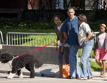 Барак Обама с семьей на прогулке возле резиденции в Чикаго. Фото: Ralf-Finn Hestoft-Pool/Getty Images