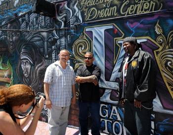 Бывшие гангстеры Лос-Анджелеса позируют для фото. В центре Альфред Ломас из группировки Florencia 13. Фото: GABRIEL BOUYS/AFP/Getty Images