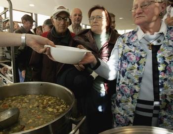 Жители Германии в очереди за бесплатным питанием. Фото: Sean Gallup/Getty Images
