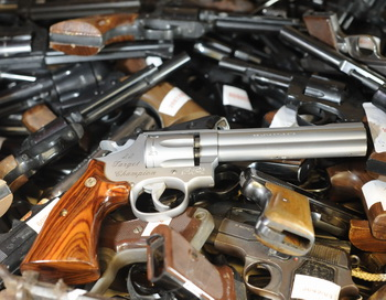 В Чикаго прошла акция выкупа оружия у горожан. Фото: NIGEL TREBLIN/AFP/Getty Images