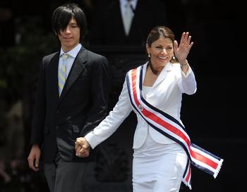 Лаура Чинчилья вместе с сыном Хосе Мария Рико на церемонии инаугурации В Сан-Хосе, Коста-Рика. Фото: YURI CORTEZ/AFP/Getty Images