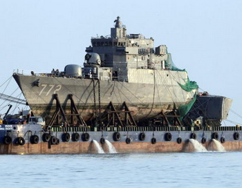 Часть корвета «Чхонан» на барже. Фото: KIM JAE-MYEONG/AFP/Getty Images