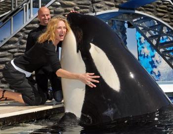 Актриса Ума Турман обнимает кита-касатку по имени Шаму во время посещения 20 февраля 2009г. парка развлечений «Морской мир» в Сан-Диего, Калифорния.