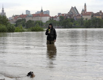 Телерепортер в Варшаве освещает ситуацию с наводнением на реке Висла. Фото: JANEK SKARZYNSKI/AFP/Getty Images