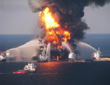 Пожар на нефтяной платформе «Deepwater Horizon». Фото: U.S. Coast Guard via Getty Images