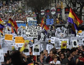 Многотысячные демонстрации в поддержку судьи Бальтасара Гарсона прошли в 28 городах Испании. Фото: PEDRO ARMESTRE/AFP/Getty Images