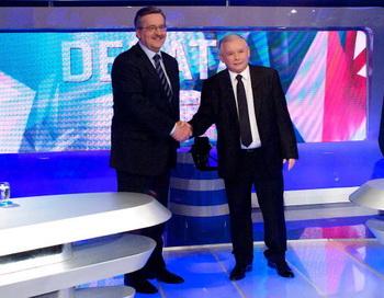 Бронислав Коморовский и Ярослав Качиньский перед началом предвыборных теледебатов. Фото: Marcin Lobaczewski/AFP/Getty Images