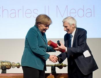 Президент британского Королевского общества лорд Мартин Рис вручает Медаль Карла II канцлеру Германии Ангеле Меркель. Фото: LEON NEAL/AFP/Getty Images