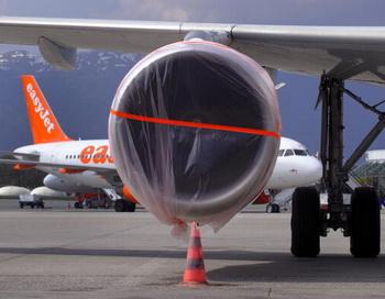 Лайнеры в аэропорту Женевы - полеты приостановлены из-за облака вулканического пепла. Фото: FABRICE COFFRINI/AFP/Getty Images