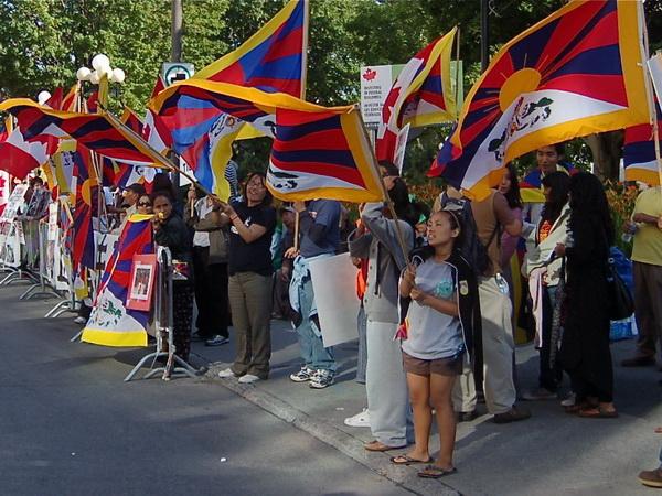 Тибетские протестующие, призывающие прекратить нарушение прав человека в Тибете, стоят напротив отеля Westin Hotel в Оттаве, где остановился Ху Цзиньтао, 24 июня. Фото: Cindy Gu/Великая Эпоха/The Epoch Times