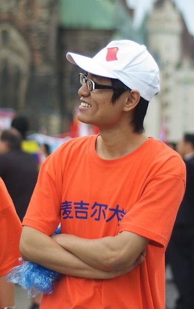 Фэн из Макгилла не хотел, чтобы его можно было узнать на фото. Он сказал, что приехал, чтобы приветствовать Ху Цзиньтао и дружеские отношения между Канадой и Китаем. Когда его спросили, что он думает о протестующих против нарушений прав человека в Китае, он ответил, что уважает их право на высказывание собственного мнения. Фото: Matthew Little/Великая Эпоха/The Epoch Times