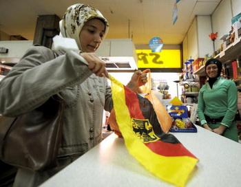 Женщина-турчанка совершает покупки в немецком магазине. Фото: VOLKER HARTMANN/AFP/Getty Images