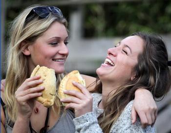 Смех и самоирония помогают развитию личности, но нельзя