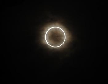 Кольцеобразное солнечное затмение. Фото: Masashi Hara/Getty Images News
