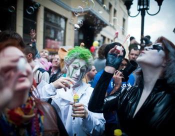 Парад мыльных пузырей спровоцировал пробку на Новом Арбате. Фото: Dmitry Kostyukov/AFP/Getty Images
