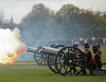 В Лондоне прогремел салют в честь дня рождения королевы Великобритании Елизаветы II. Фото: Leon Neal/AFP/Getty Images